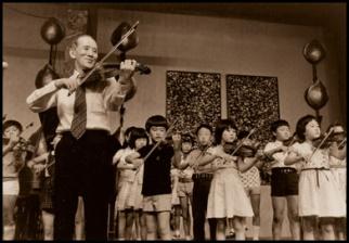 Συναυλία του Shinichi Suzuki με τους μικρούς μαθητές του