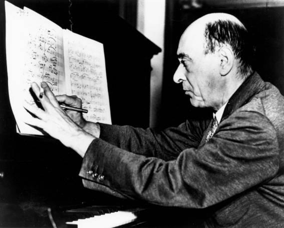 Εικόνα 5: Ο Arnold Franz Walter Schönberg, να συνθέτει στο πιάνο του.